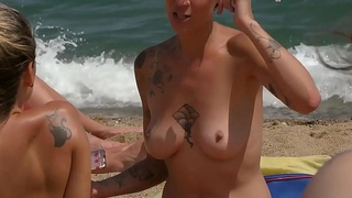 Superb woman Topless on the Beach